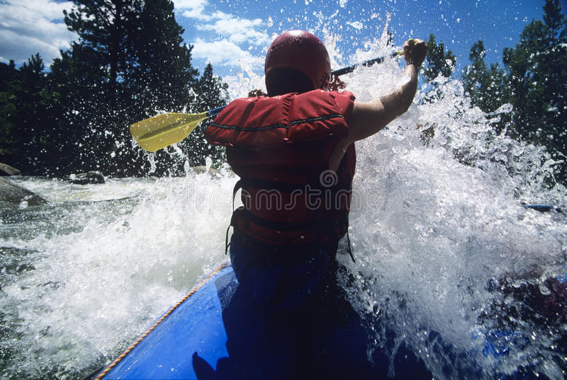 Kayaker que se bate a través de rápidos imágenes de archivo libres de regalías