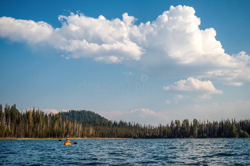 Kayaker sotto le grandi nuvole gonfie immagini stock