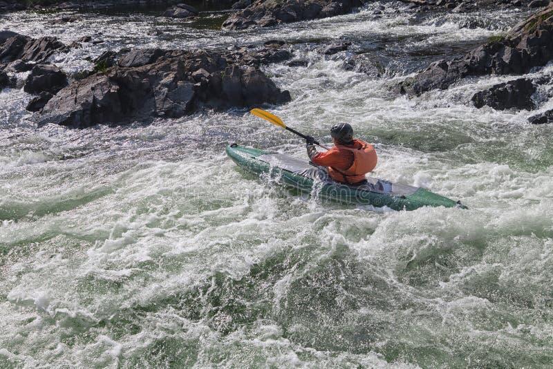 Kayaker w whitewater obrazy stock