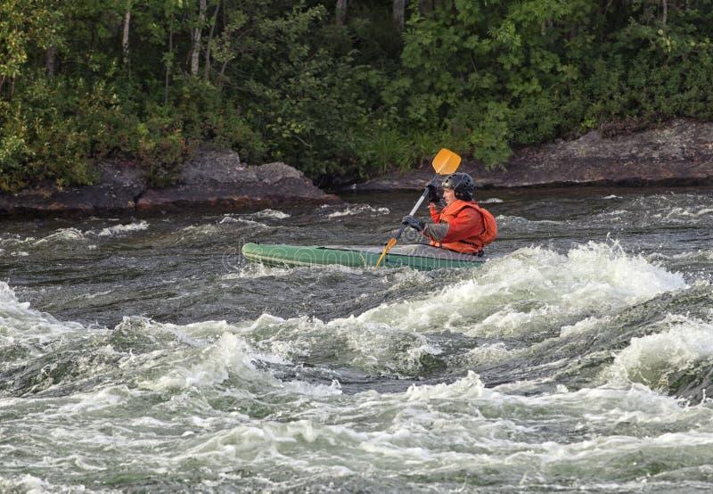 Kayaker in whitewater fotografie stock libere da diritti