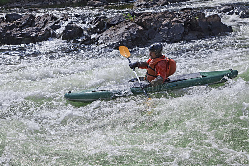 Kayaker in whitewater immagine stock libera da diritti