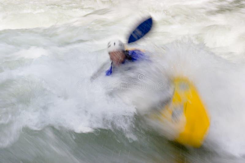 Kayaker in whitewaterstroomversnelling royalty-vrije stock foto's
