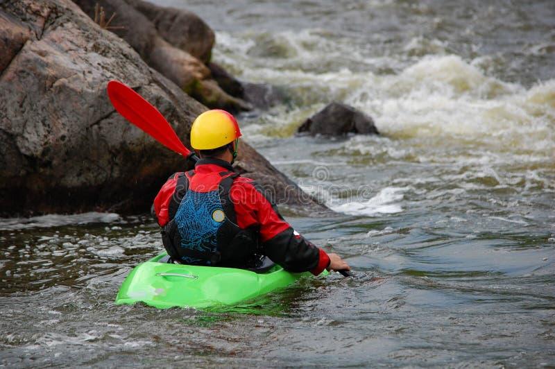 Kayakeren är klar till utbildning på ett grovt vatten arkivfoto
