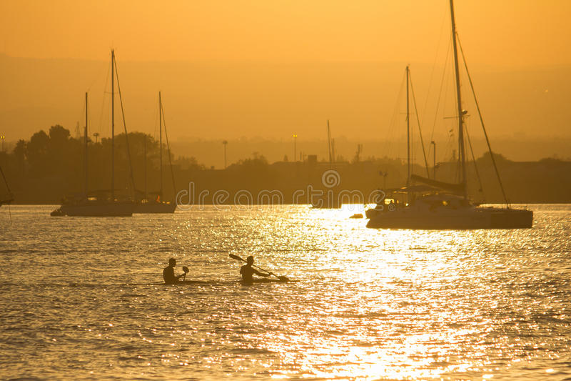 Kayakers στο ηλιοβασίλεμα στοκ φωτογραφία