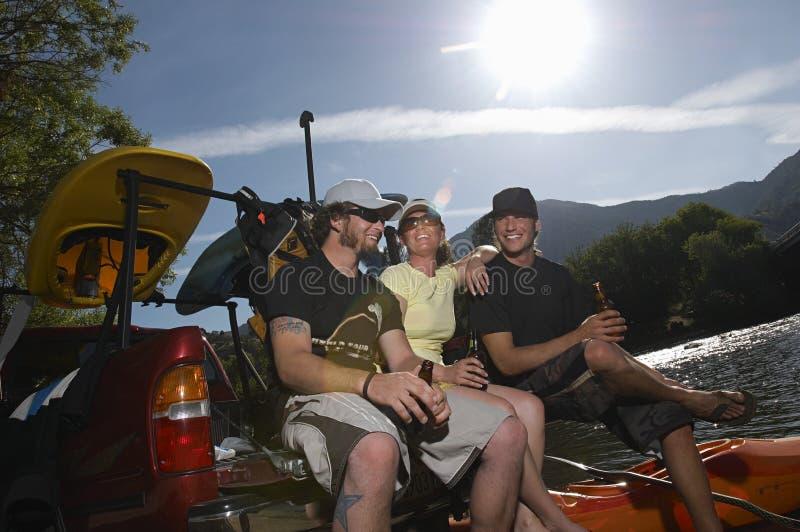 Kayakers ослабляя с пивом стоковое фото rf