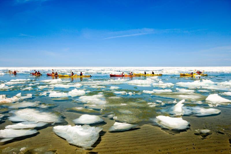 Kayakers полоща в Lake Superior стоковые изображения
