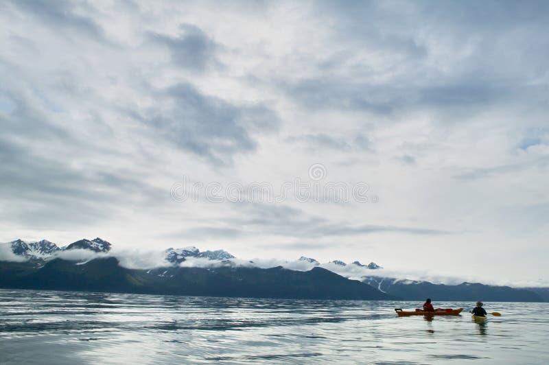 2 kayakers полоща на Prince William Sound, США стоковое изображение
