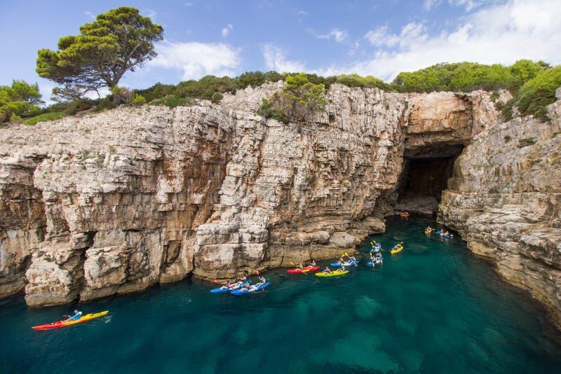 Kayakers ad una caverna del mare all'isola di Lokrum in Croazia immagine stock libera da diritti