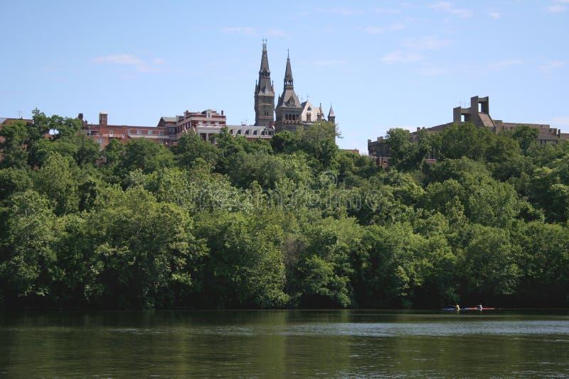 Kayakers au-dessous d'université de Georgetown images libres de droits