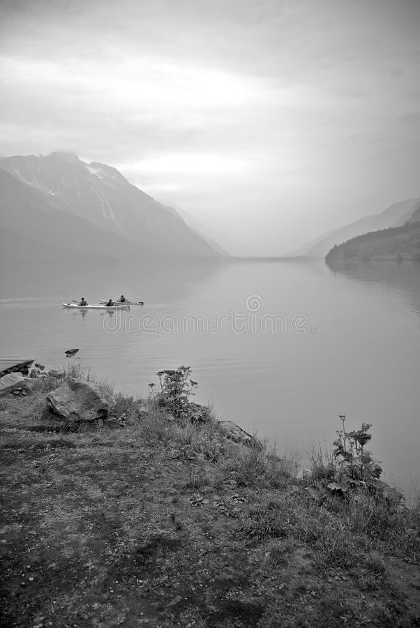 Kayakers auf dem Fjord lizenzfreie stockfotos