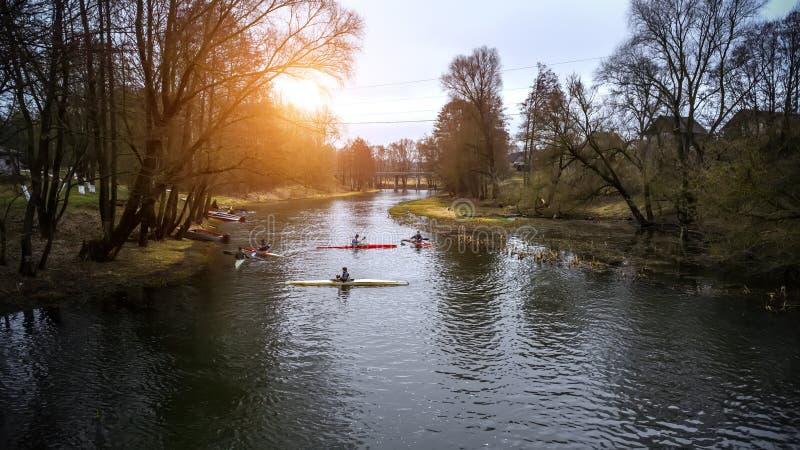 Kayakers de formação dos atletas no canal de enfileiramento foto de stock royalty free