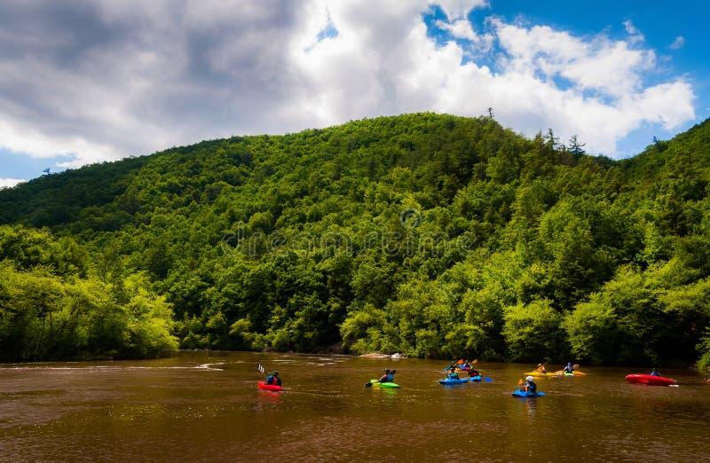 Kayakers en rivière de Lehigh, située dans les montagnes de Pocono de photographie stock