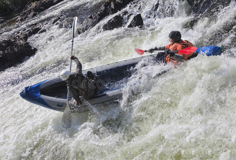 Kayakers i whitewater arkivbilder