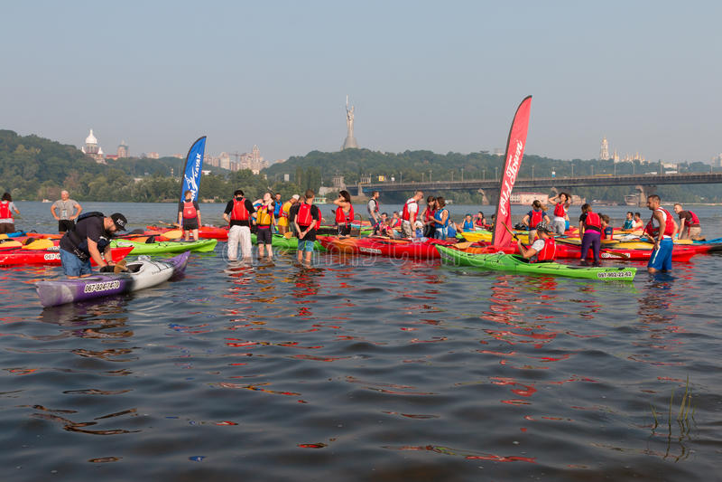 Kayakers multicolores en el río fotografía de archivo libre de regalías