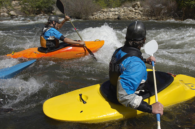Kayakers på floden fotografering för bildbyråer