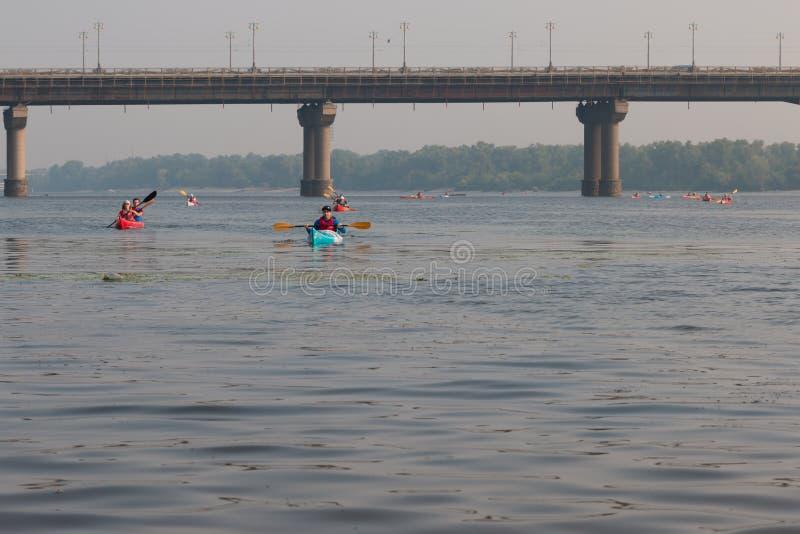 Kayakers på floden dnepr i kiev royaltyfria bilder