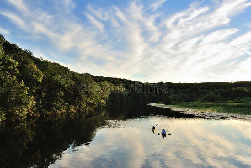 Kayakers på fridfullt paddla för sjö arkivbild