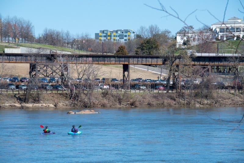 Kayakers paddlar ner James River i Richmond, Virginia fotografering för bildbyråer