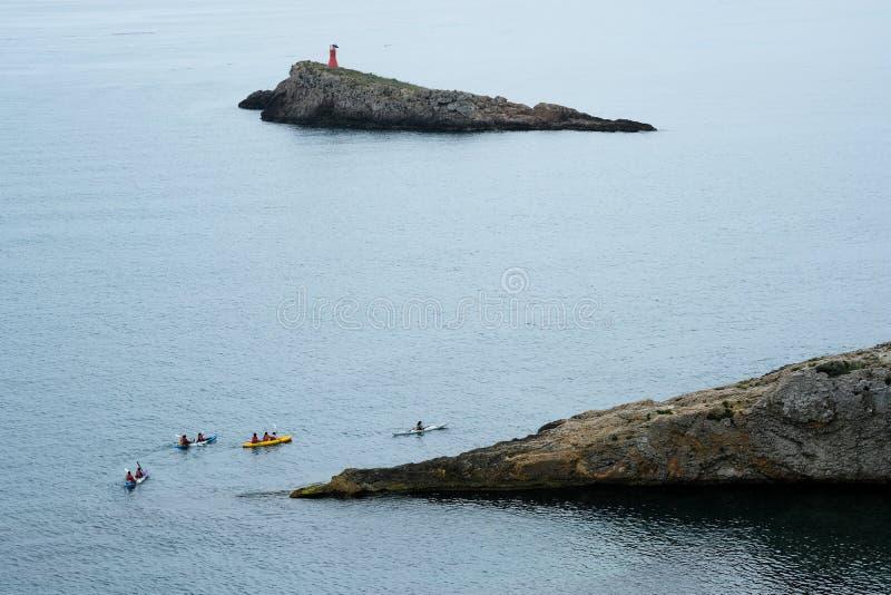 Kayakers que exploram as águas mediterrâneas fotos de stock royalty free