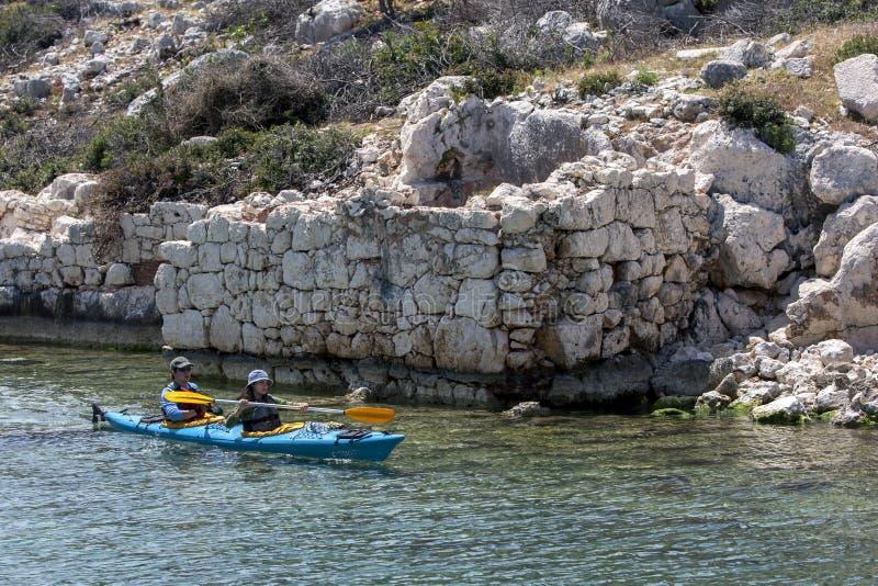 Kayakers schaufeln neben der versunkenen Stadt von Simena auf Kekova-Insel lizenzfreies stockfoto