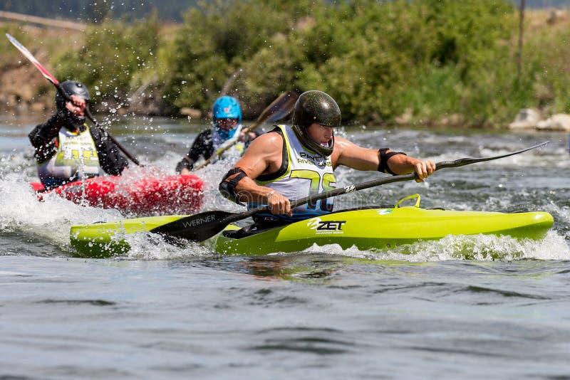 Kayakers som försöker att springa till fullföljandet arkivbild