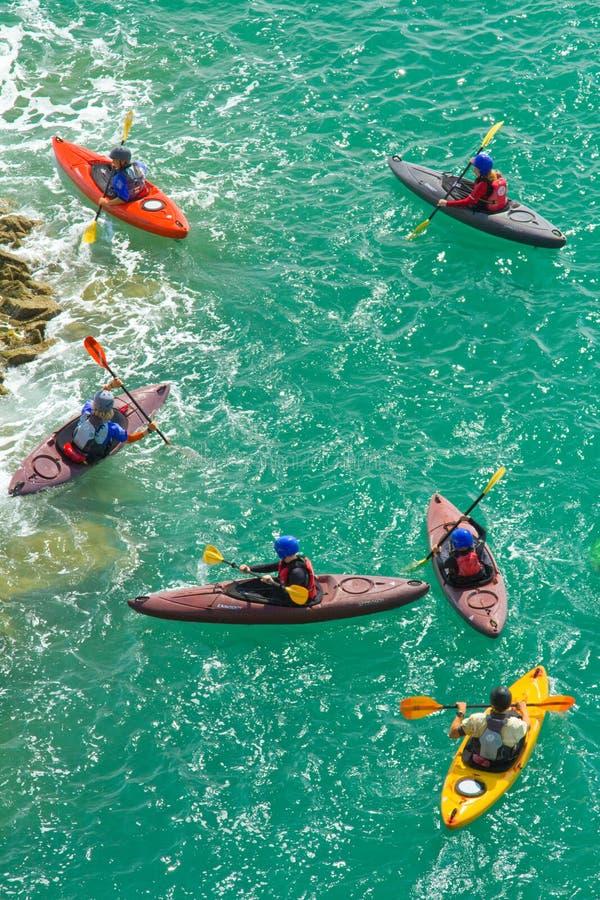 Kayakers sur la mer photos libres de droits