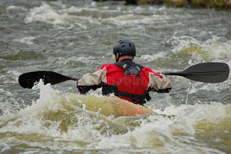 Kayakertraining auf einem rauen Wasser lizenzfreie stockfotografie
