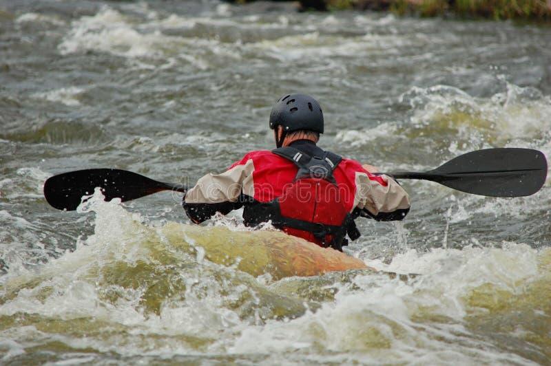 Kayakerutbildning på ett grovt vatten royaltyfri fotografi