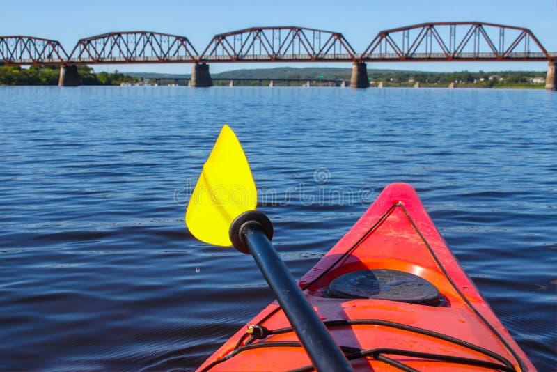 Kayaking ν Fredericton στον ποταμό Αγίου John, Νιού Μπρούνγουικ, στοκ φωτογραφία