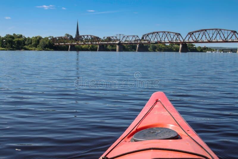 Kayaking ν Fredericton στον ποταμό Αγίου John, Νιού Μπρούνγουικ, στοκ εικόνα