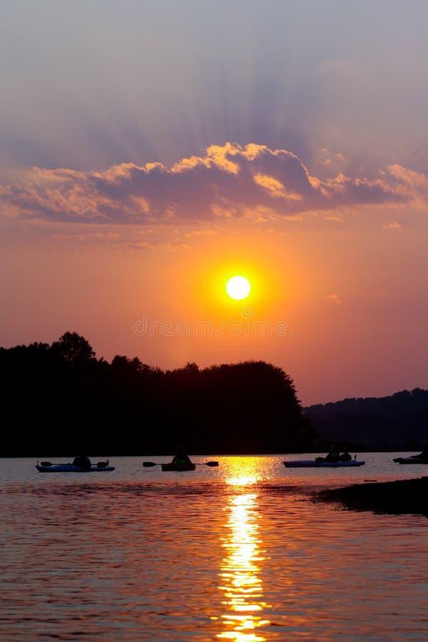 Kayaking στο ηλιοβασίλεμα στοκ εικόνα