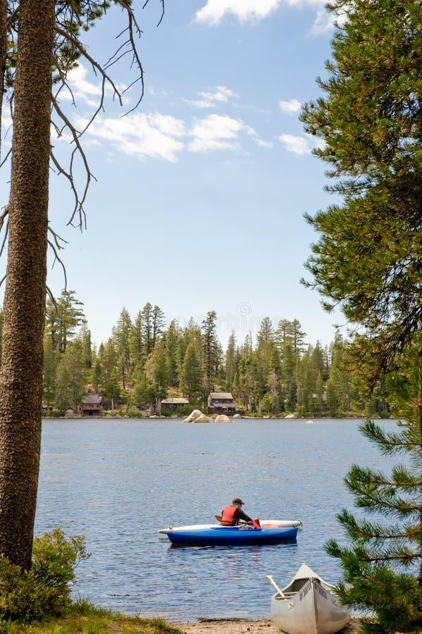 kayaking озеро стоковые фотографии rf