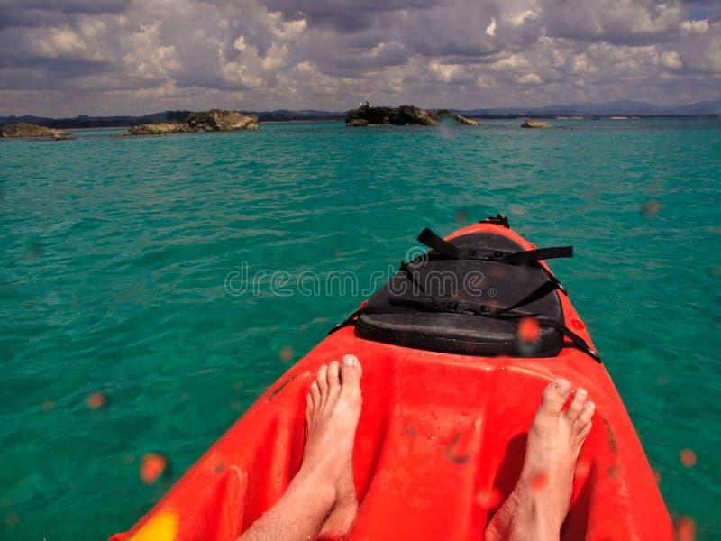 Kayaking aan Rotsen in Byron Baai, Australië royalty-vrije stock foto