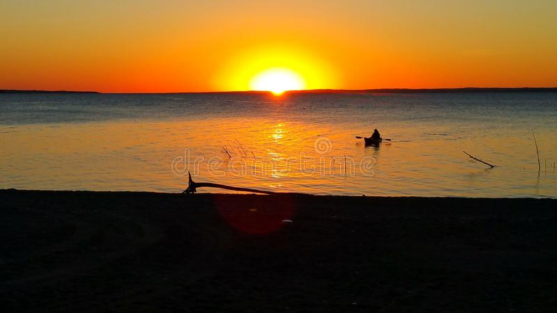 Kayaking al tramonto fotografia stock