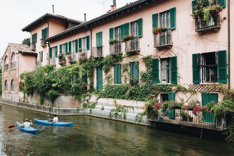 Kayaking ao longo do canal do martesana em Milão - Itália - Lombardy fotos de stock