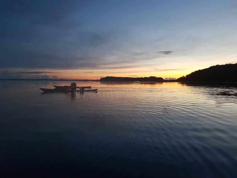 Kayaking au coucher du soleil photographie stock libre de droits