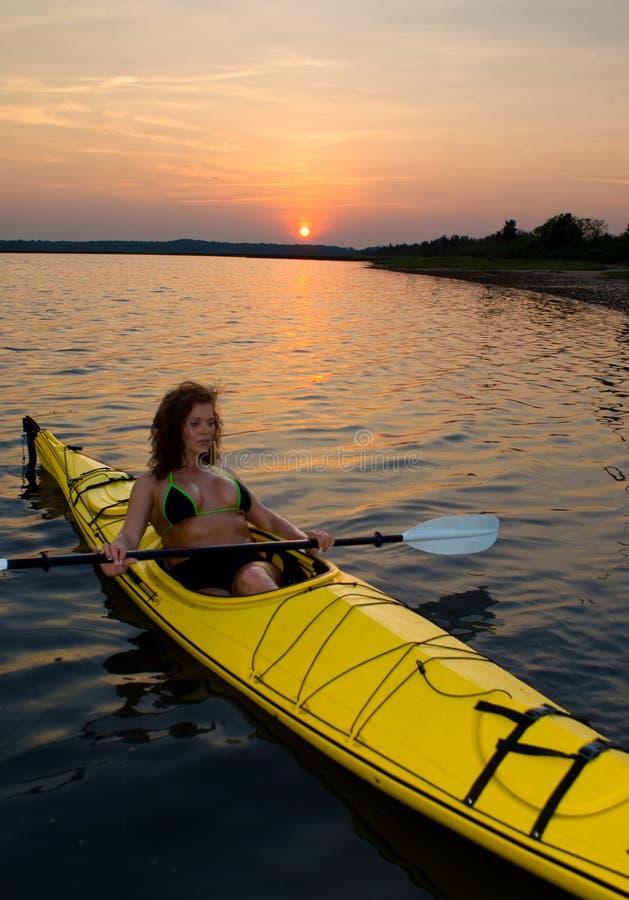 Kayaking au coucher du soleil images libres de droits