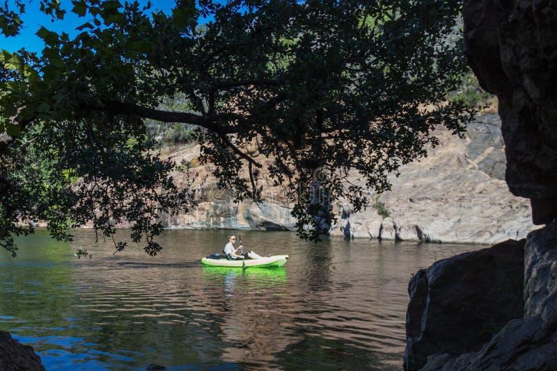 Kayaking au lac inks photos stock