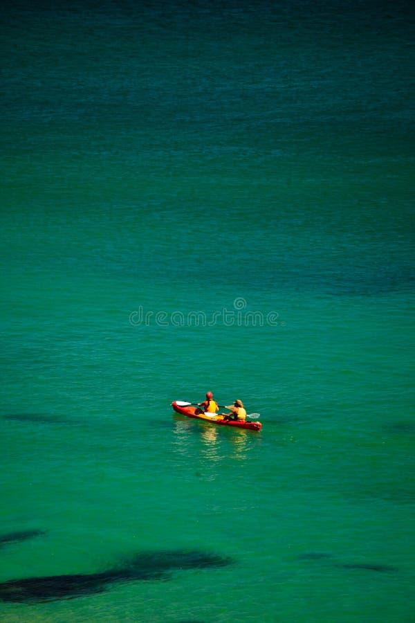Kayaking in Baai Byron op Zonnige Dag royalty-vrije stock afbeeldingen