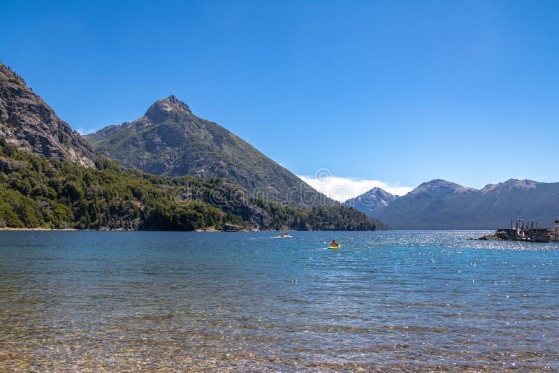 Kayaking in Bahia Lopez in Circuito Chico - Bariloche, Patagonië, Argentinië stock foto's