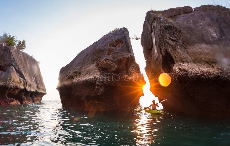 Kayaking blisko skał zdjęcie royalty free