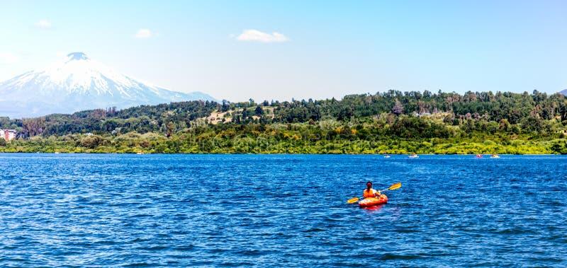 Kayaking Canoeing no lago Villarica o Chile que negligencia o caiaque de Villarrica do vulcão no lago Villarica Baner fotos de stock royalty free