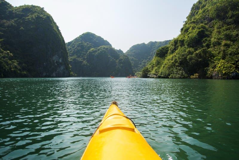 Kayaking chociaż Halong zatoki pierwszy osoba zdjęcie royalty free