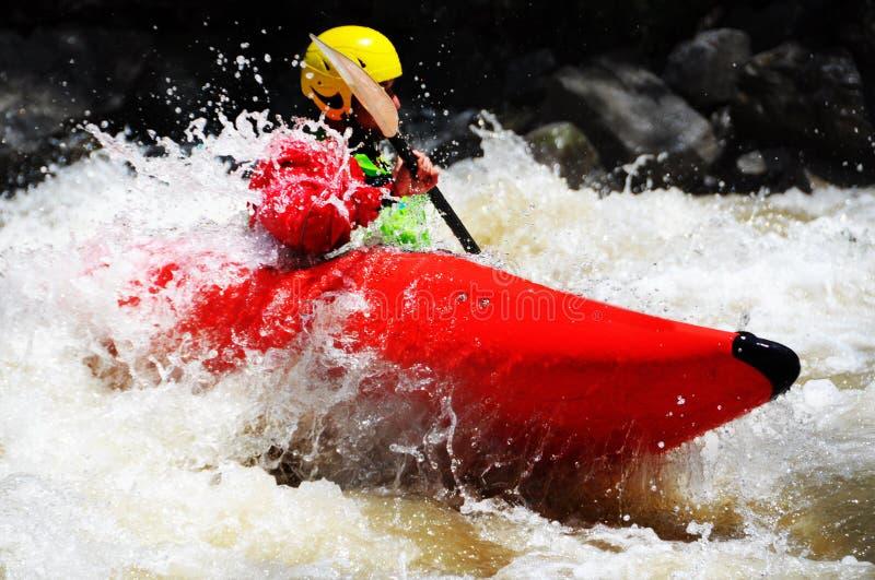 Kayaking comme sport d'extrémité et d'amusement images libres de droits