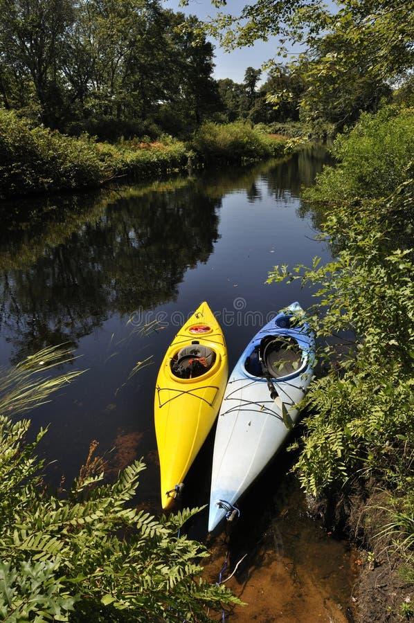Kayaking dans la région sauvage images libres de droits