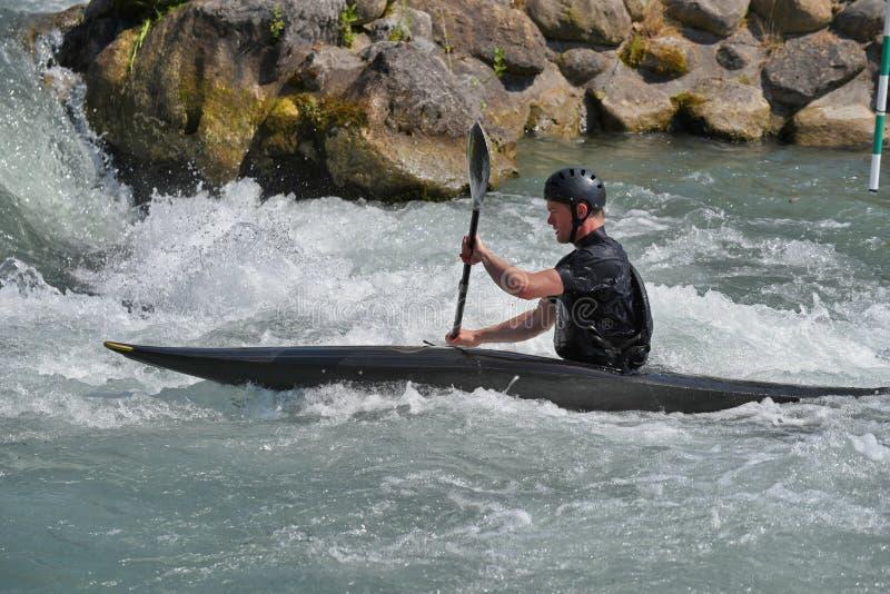 Kayaking dans la rapide photos stock