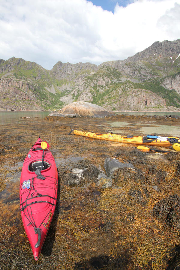 Kayaking dans Lofoten photo stock