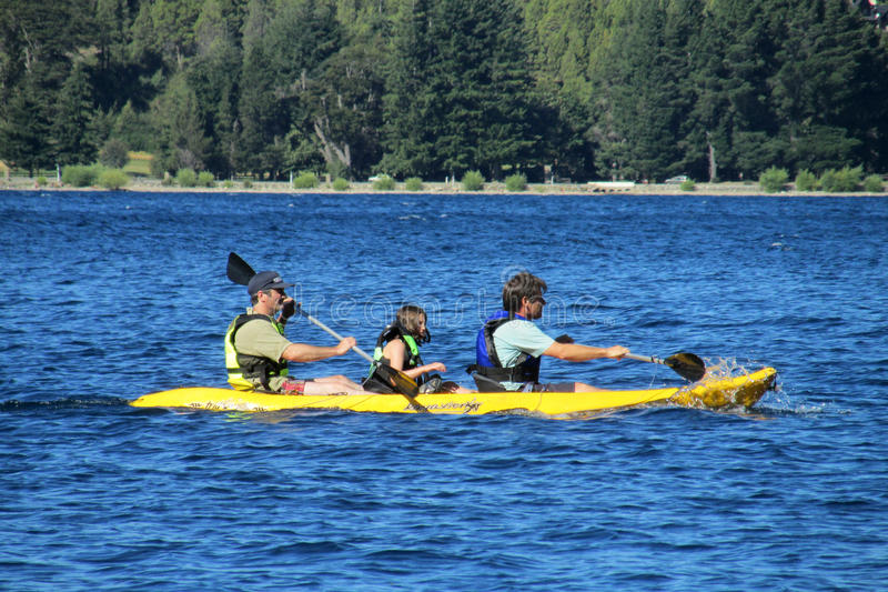 Kayaking dans un bord de lac photographie stock libre de droits