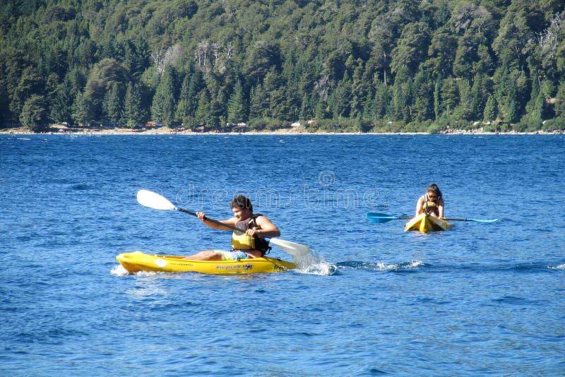 Kayaking dans un lac photographie stock