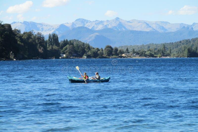 Kayaking dans un lac images libres de droits